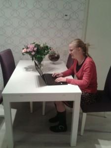 Hier ben ik mijn boek aan het schrijven.